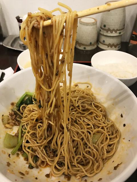 汁なし担々麺には珍しい細麺を使用。