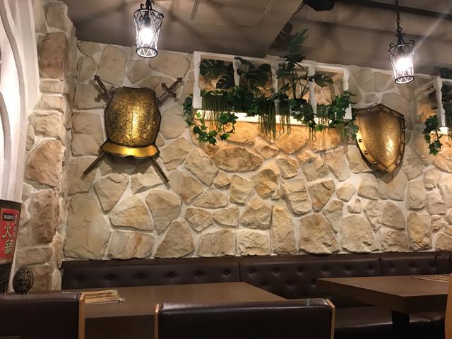 壁にはヨーロッパ風の盾をディスプレイ