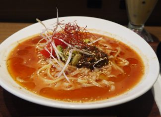 「春水堂 飯田橋サクラテラス店」のアボカドトマト麻辣担々涼麺