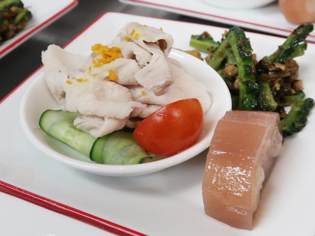 豚バラ肉ニンニクソースかけ ウコン入り/レンコンのモチ米つめ/ゴウヤの四川挽き肉炒め