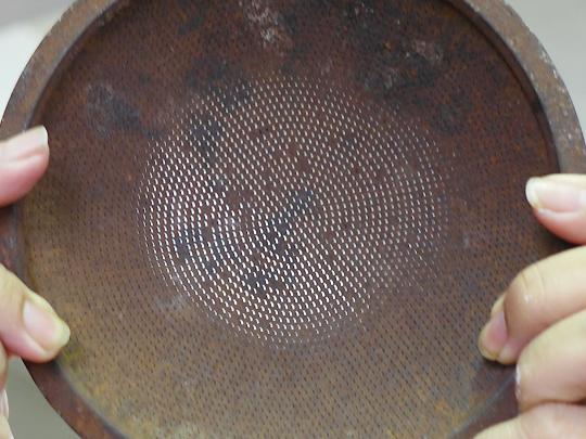 ビーフンを押し出すための型。穴は直径1ミリにも満たない大きさです。