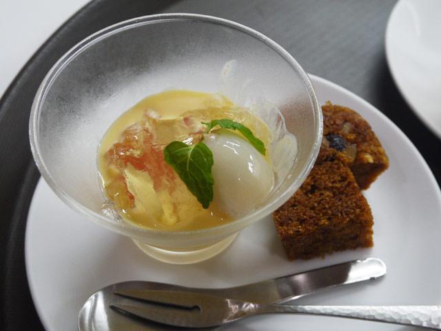 2色のグレープフルーツとライチの水晶仕立て ライチソースがけ/天然酵母老面を使用した中華蒸しパン