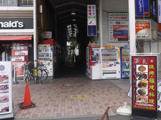 新小岩駅南口改札を出て、左手目の前のマクドナルドの横の路地を入る。
