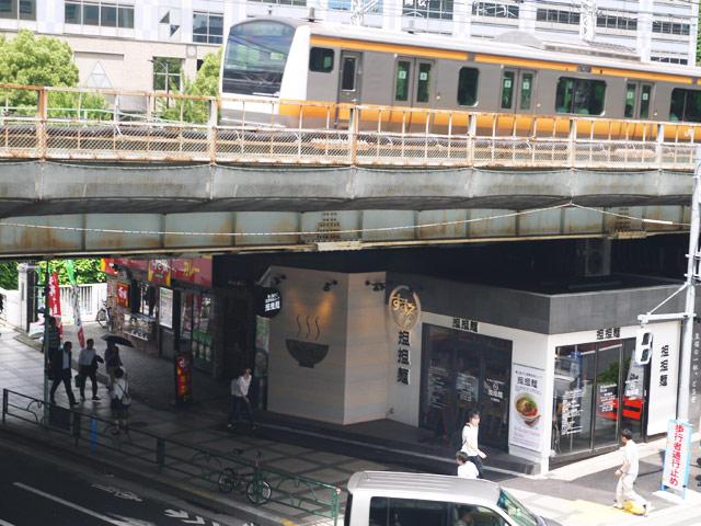 お店の上を走るJR中央線