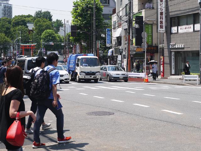 大学生が多く行きかう早稲田駅前