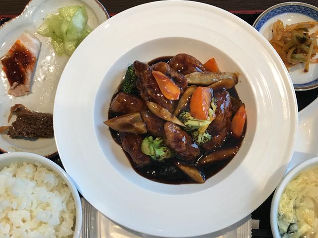 「穂禮上海 by SHANHAI HOUSE」の五目夏野菜入り黒酢の酢豚1,200円