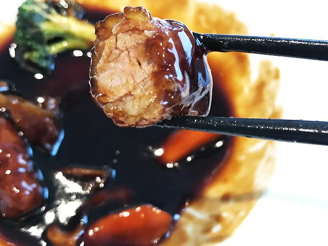サクッと軽やかな衣をまとった黒豚バラ肉の黒酢酢豚。