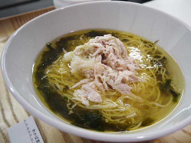 A:蒸し鶏を乗せた海苔香る塩味スープそば