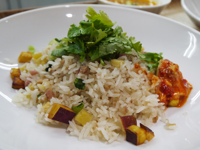 A:侗(トン)族発酵ハムの炊き込みご飯(侗家酸肉社飯)