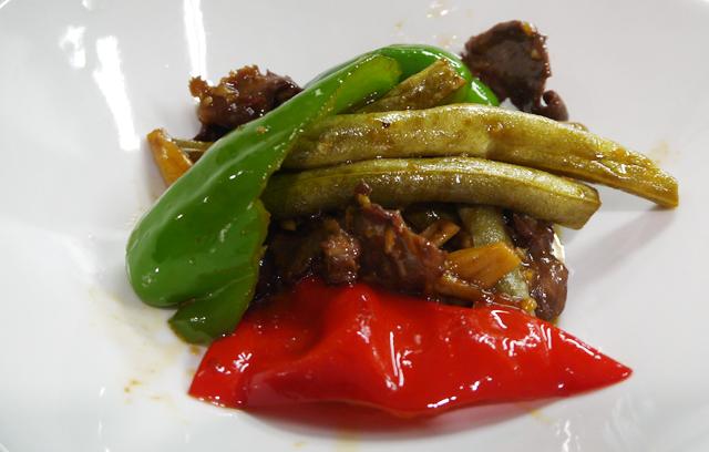 B:発酵インゲンと豚ハツの炒め物(酸豆角炒心子)