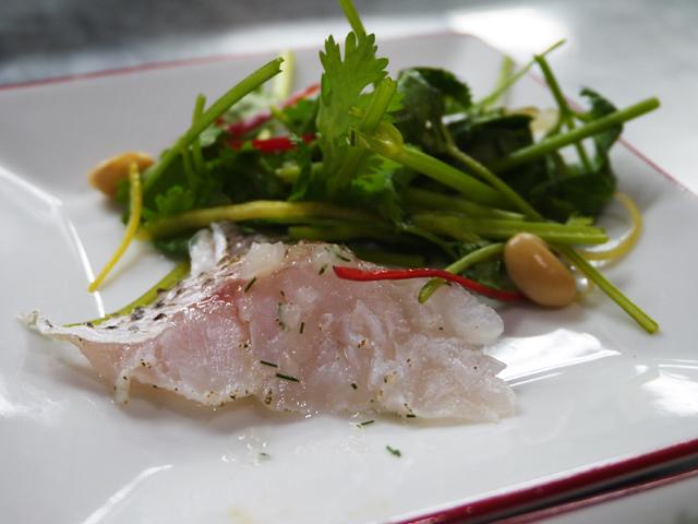 真鯛の香味泡菜ソースかけ(土茴香泡菜魚)/貴州納豆パクチーサラダ(水豆豉拌香菜)