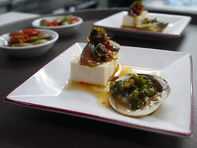 ピータン豆腐、蛤(はまぐり)と葱の蒸しもの