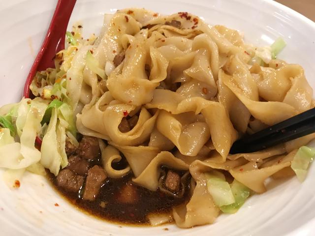 麺をかき混ぜると、丼の底には黒酢ダレが。