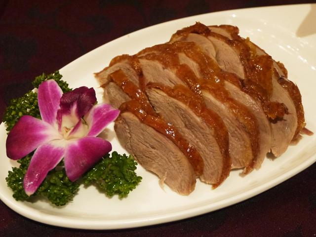 皮付きのジューシーな肉ごと頂く全聚徳スタイルをご堪能ください。