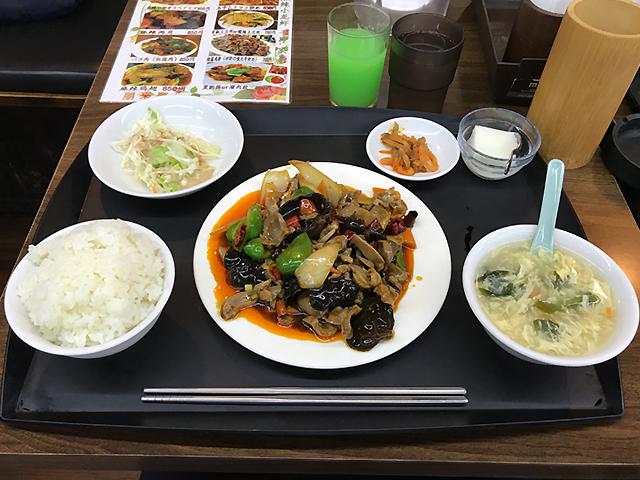 辣爆鸡胗(砂肝の強火辛炒め)。ドリンクバー1杯無料。