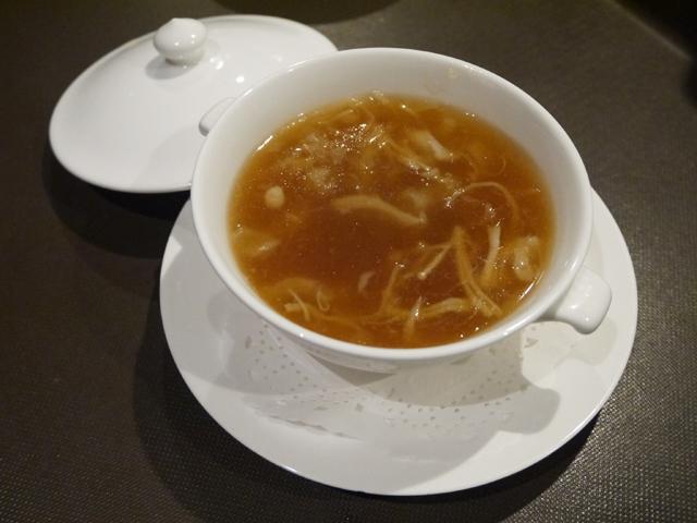 写真では分かりづらいですがフカヒレたっぷりのスープ