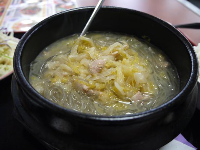 中国東北料理の「酸菜粉絲(酸菜と春雨の煮込み)」