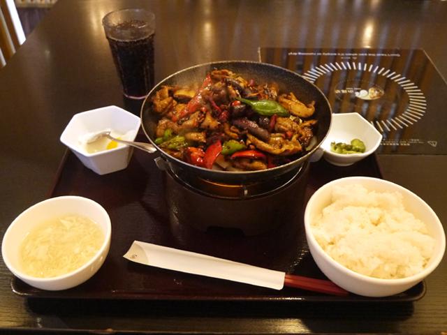 「小尾羊 上野店」の豚ホルモンと唐辛子干鍋950円(ドリンクバー付き)