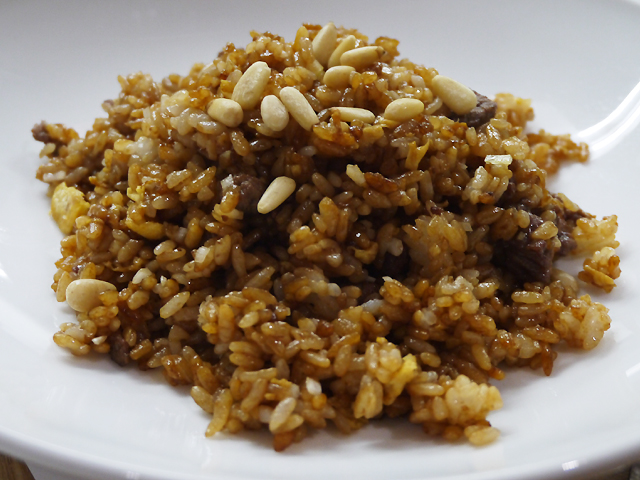 A:牛フィレ肉と松の実のブラック炒飯