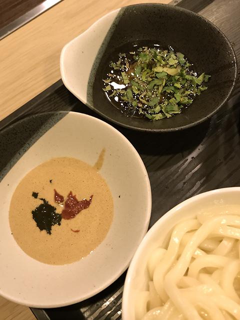 1の芝麻醤+韮の花+豆腐乳ダレ(手前)と、3の韮泥香油+香菜ダレ(奥)