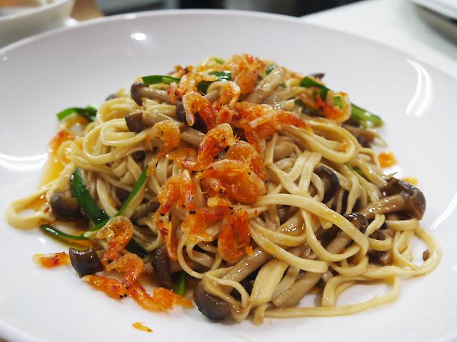 A:桜海老乗せ中華風パスタ(桜虾伊府麺)