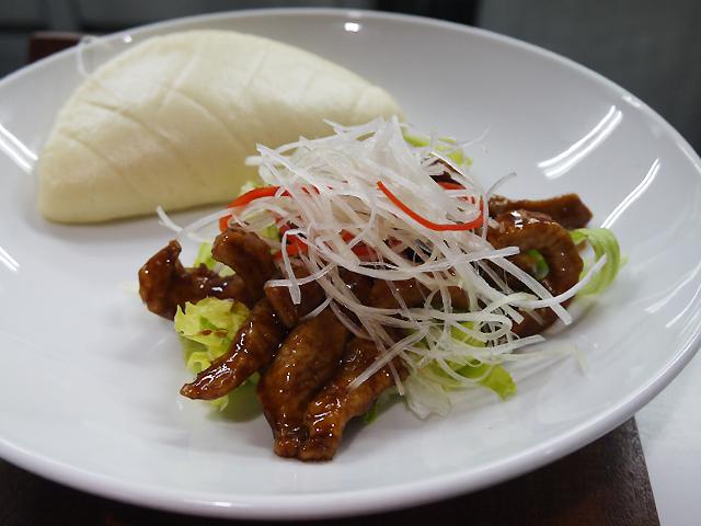 B:豚トロの味噌炒め 蒸しパン付き