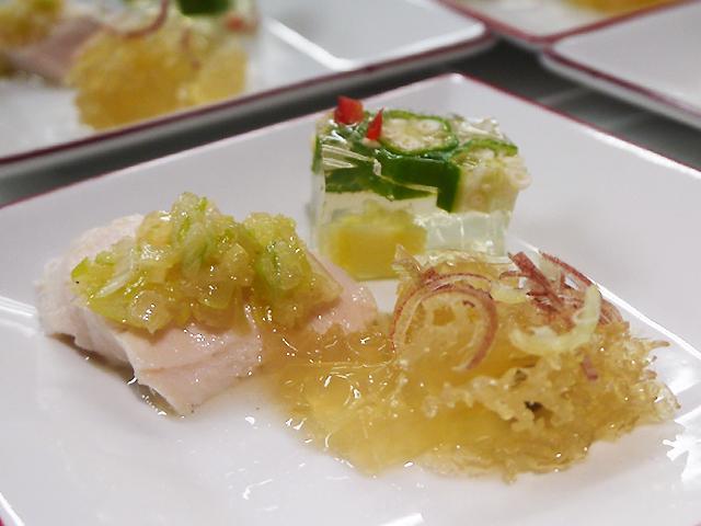 蒸し鶏の葱油ソースかけ/クラゲ頭の甘酢和え/野菜のゼリー寄せ