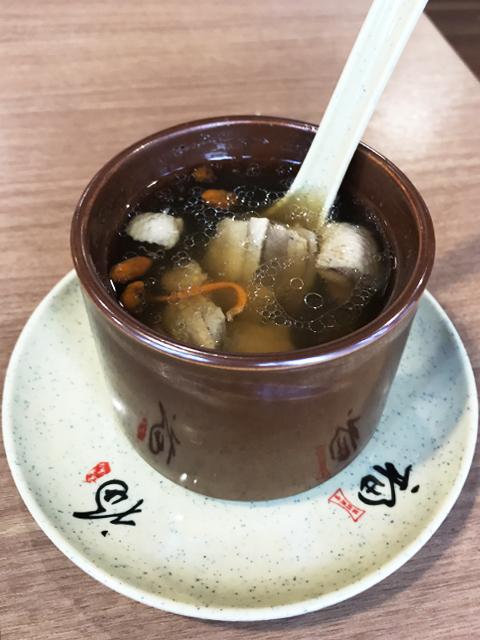 冬虫夏草の花と鴨肉の蒸しスープ(虫草花炖鴨肉罐)