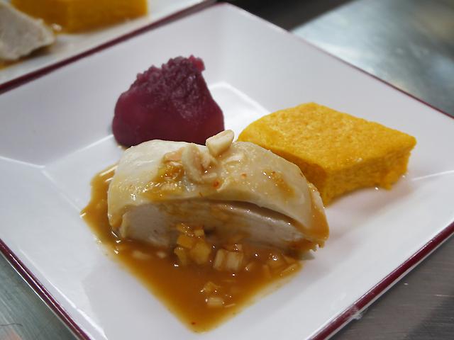 鶏肉のゴマソースがけ/人参のムース/蕪の赤ワイン甘酢漬け