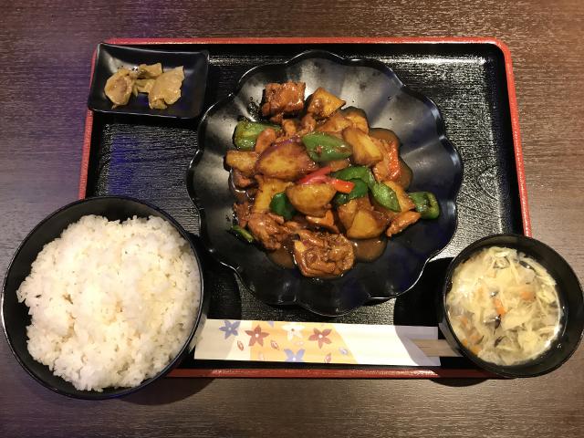「羊×牛 特製タレ 炭火焼 シルクロード 浜松町店」のシルクロード風味大皿鶏肉の辛口煮込み定食790円