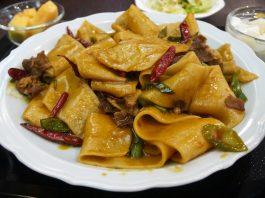「四季 木場店」のひつじ肉入りベルト麺の辛味炒め1,274円