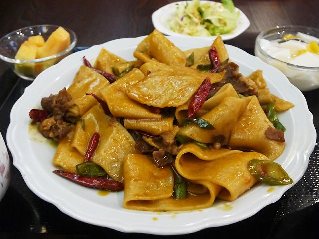 「四季 木場店」のひつじ肉入りベルト麺の辛味炒め1,180円+税